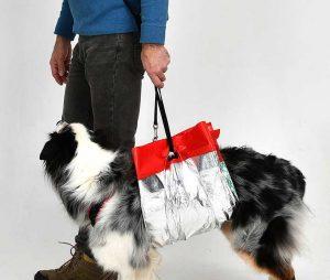 Rettungsdecke für Hunde: Tragehilfe für die schnelle Rettung des verletzten Tieres. Durch den Einsatz der Hundeleine ergeben sich weitere Möglichkeiten der Unterstützung (Foto: Knauder's Best).