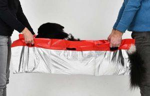 Rettungsdecke für Hund: Hohe Tragfestigkeit - stabile Tragegriffe und ein reißfestes, eingearbeitetes Netz ermöglichen den sicheren Transport auch von großen Hunden (Foto: Knauder's Best).