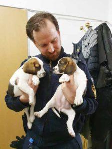 Tierschützer und Polizei arbeiten Hand und Hand